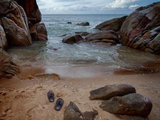 обои Море,   камни и вьетнамки фото