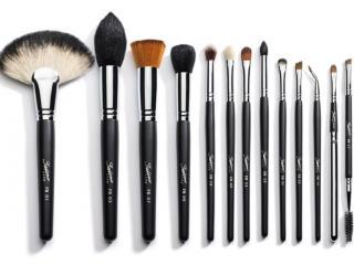 обои Косметика - Набор для макияжа с чёрной ручкой фото