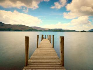 обои Деревянный мостик на ровном озере фото
