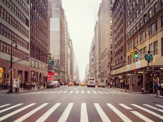 обои Широкая улица между небоскребов фото