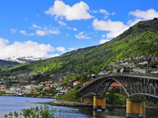 обои Мост через реку у заселенных холмов фото