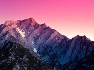 обои Розовое небо над каменной горой фото