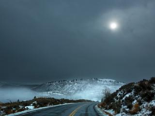 обои Зимняя дорога под тусклой луной фото
