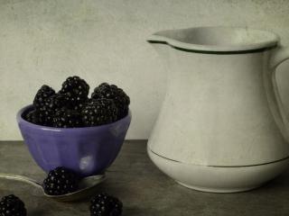 обои для рабочего стола: Натюрморт - Кувшин и спелая черника в чашке