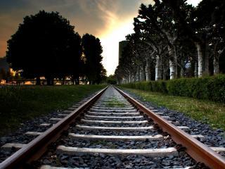 обои Железная дорога ведущая в город фото