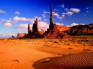 обои Башни из песчаника располагаются на краю американских штатов Аризона и Юта фото