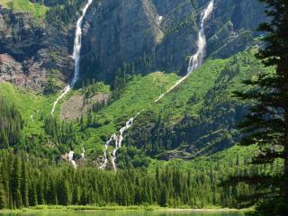 обои Тонкие струйки водопада на крутой горе фото