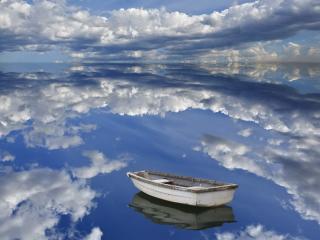 обои Одинокая лодка в облаках фото