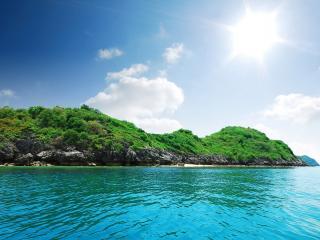 обои Каменный остров покрытый зеленью фото