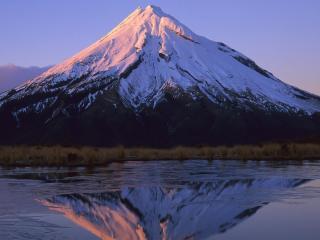 обои Величественная гора у озера фото