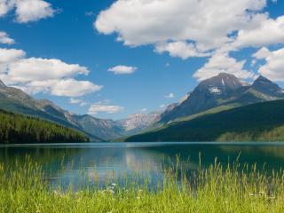 обои Зеленое озеро у подножия горы фото