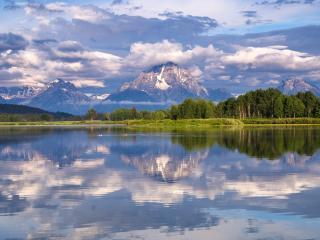 обои Гладкое озеро у высоких гор фото