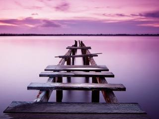 обои Старый мостик на розовом озере фото