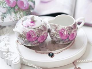 обои Чайный сервиз и два кулона фото