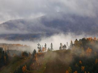 обои В тумане осенние горы фото