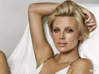 обои Charlize Theron в белом на кровати фото