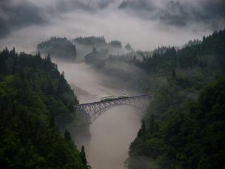 обои Железнодорожный мост в утреннем тумане. Япония фото
