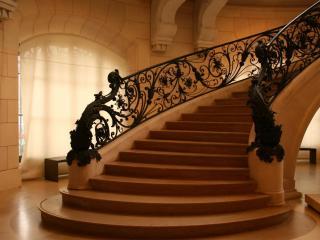 обои Большая лестница с кованными перилами фото