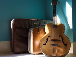обои Большая гитара и два чемодана фото