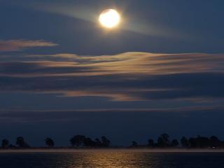 обои Сквозь волнистые туманы пробирается луна фото