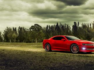 обои Красный Chevrolet под свинцовыми тучами фото