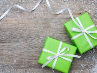 обои Две зеленые коробочки с подарками фото