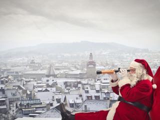 обои Дед мороз на крыше старого города фото