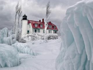 обои Дом с маяком в окружении льда фото