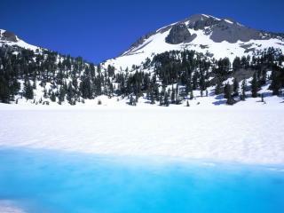 обои Две черных горы у замерзшего озера фото