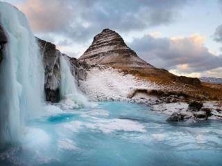 обои Замёрзший водопад у горы фото