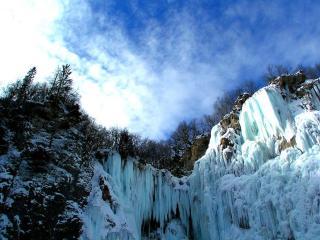 обои Замерзший водопад в скале фото