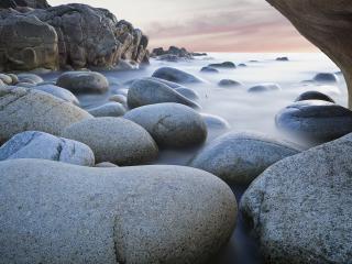 обои для рабочего стола: Круглые камни в тумане