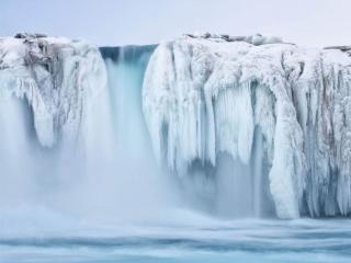 обои Замёрзший водопад и туман фото