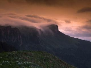 обои Горы в вечерних облаках фото