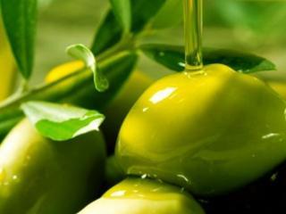 обои Зелёные оливки политые оливковым маслом фото