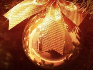 обои Золотой новогодний шар фото