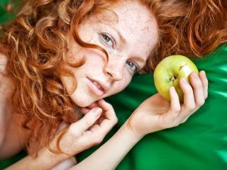 обои Рыжая с яблоком фото