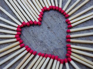 обои Сердце выложенное из спичек,   на деревянном фоне фото