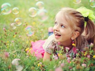 обои Девочка на лугу,   радость,   лето фото