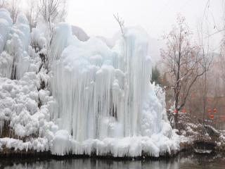 обои Замёрзший белый водопад фото