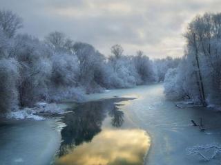 обои Зимняя проталинка на реке фото