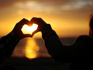 обои для рабочего стола: Сердечко руками из солнечного заката