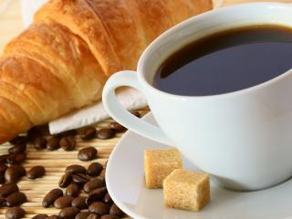 обои Кофе,   круассан и 2 кусочка сахара фото