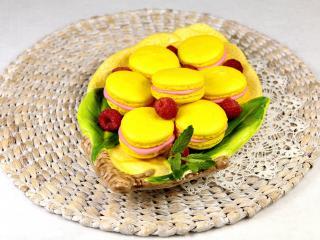 обои Желтые пирожные с джемом на вязаной салфетке фото