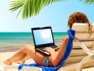 обои С ноутбуком на пляже фото