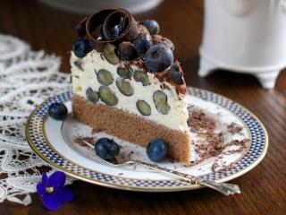 обои Кусочек торта с ягодами и шоколадом фото
