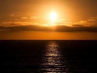 обои Дорожка закатного солнца на море фото