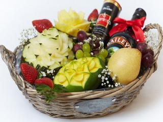 обои Корзина с алкогольным напитком,   шоколадом,   фруктами фото