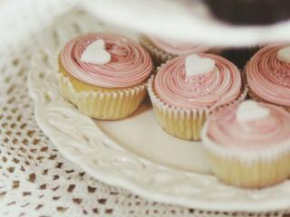 обои Пирожные с белыми сердечками из карамели фото