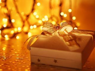 обои для рабочего стола: Подарочная коробка на теплом бликовом фоне